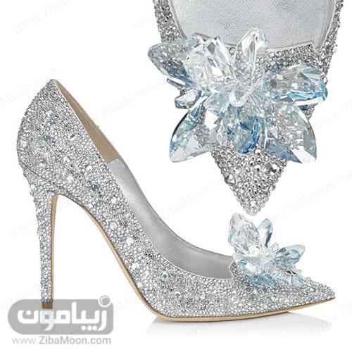 کفش کریستالی آبی سیندرلا در زمینه سفید