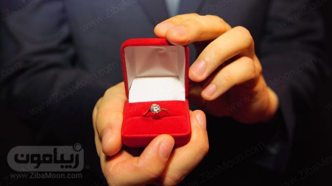 حلقه نامزدی در جعبه مخمل قرمز