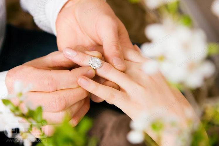 حلقه نامزدی در دست