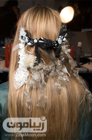 موی بلوند و گیره سر