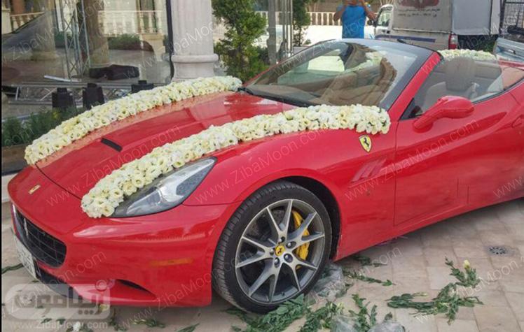 تزیین ماشین قرمز با گل های سفید