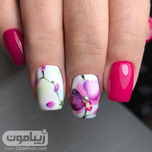 دیزاین ناخن گل دار با لاک سرخابی و سفید