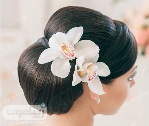مدل شنیون مو ساده و مرتب با گل ارکیده بزرگ