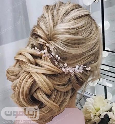 مدل شینیون عروس با موهای بلوند و اکسسوری کریستالی