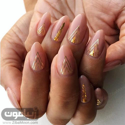 مدل ناخن شیک با لاک کرمی و خطهای طلایی
