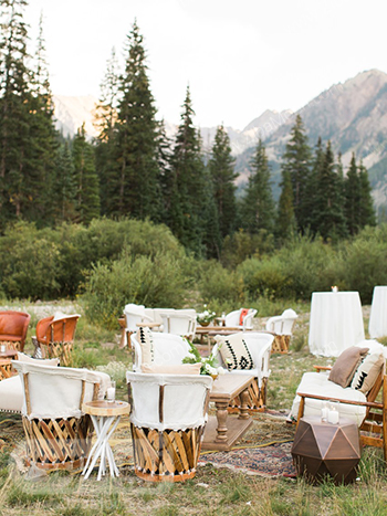 چیدمان میز و صندلی برای عروسی در فصل پاییز