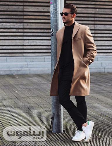 استایل زمستانه مردانه با کت بلند کرمی شلوار مشکی و کفش سفید