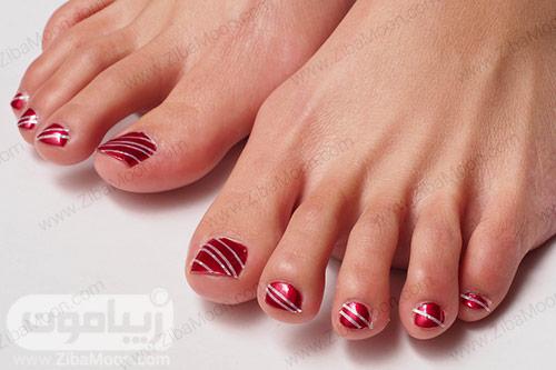 دیزاین ناخن پا با لاک زرشکی و خطهای نقره ای