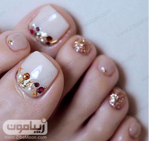 مدل ناخن پا با لاک نود و طلایی