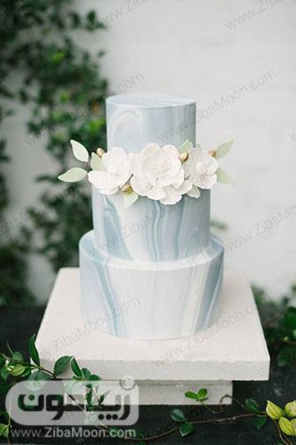 کیک عروسی ساده و شیک با تزیین گلهای شکری سفید