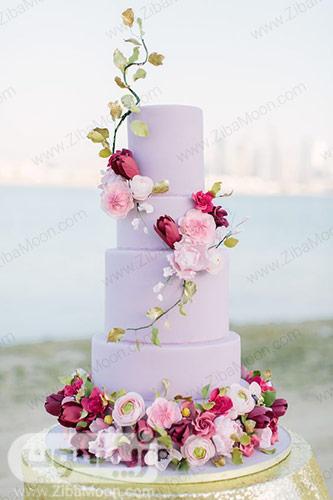 کیک سه طبقه یاسی با تزیین گلهای خوش رنگ و طبیعی