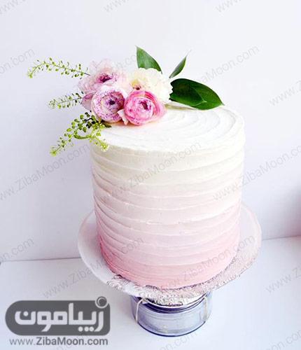 کیکی عروسی ساده صورتی رنگ با تزیین گلهای طبیعی