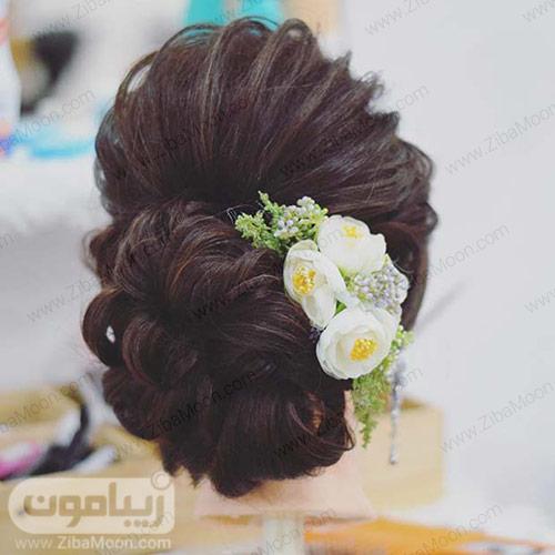 شینیون مو با تزیین گل های سفید