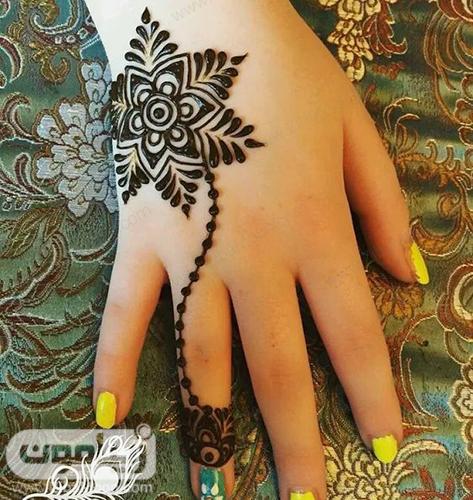 طراحی حنا به شکل گل روی دست
