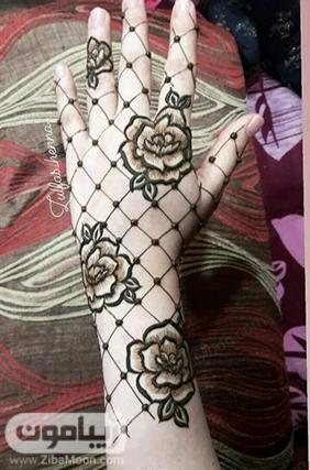 طراحی با حنا روی دست به شکل گل رز