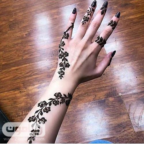 نقش حنا با گلهای ظریف روی انگشتهای دست