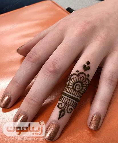 طرح و نقش حنا بر روی انگشت حلقه