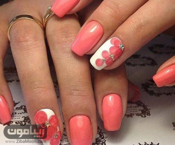 طراحی ناخن گلدار روی زمینه سفید