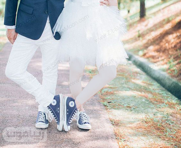 استایل عروس و داماد با کتانی سورمه ای