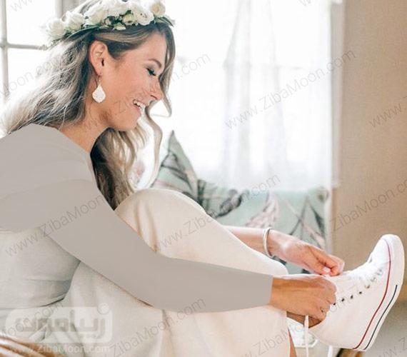 عروس زیبا در حال پوشیدن کتانی