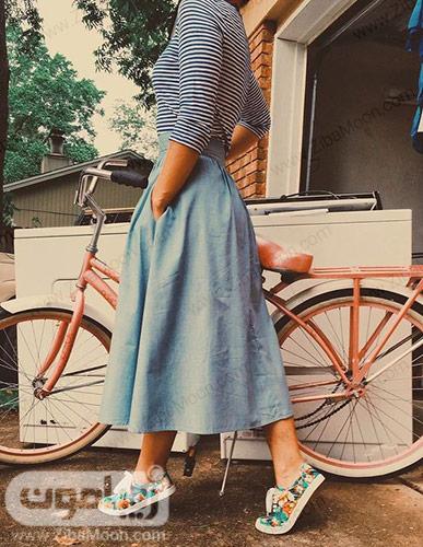 استایل دخترانه با دامن جین بلند و لباس راه راه