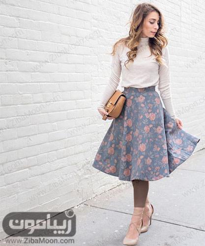 استایل دخترانه با لباسساده و دامن گلدار آبی صورتی