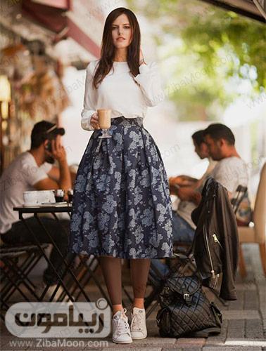 استایل دختراه با لباس و کتانی سفید و دامن گلدارخاکستری