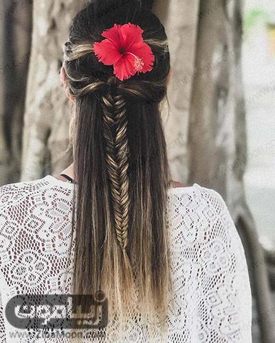 بافت مو تیغ ماهی به همراه گل قرمز روی موها