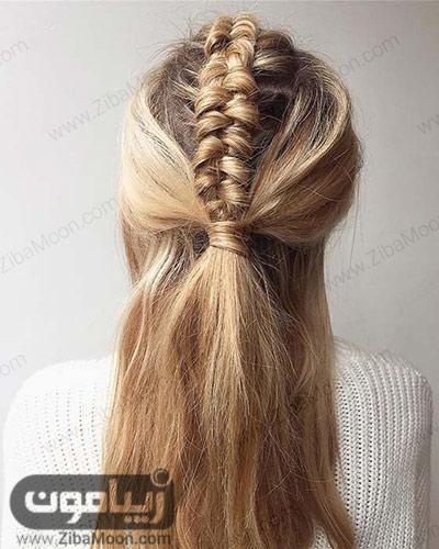 بافت مو زیبا در مرکز سر