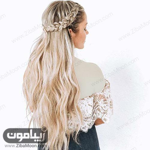بافت مو ساده و تاجی روی موهای بلند و بلوند