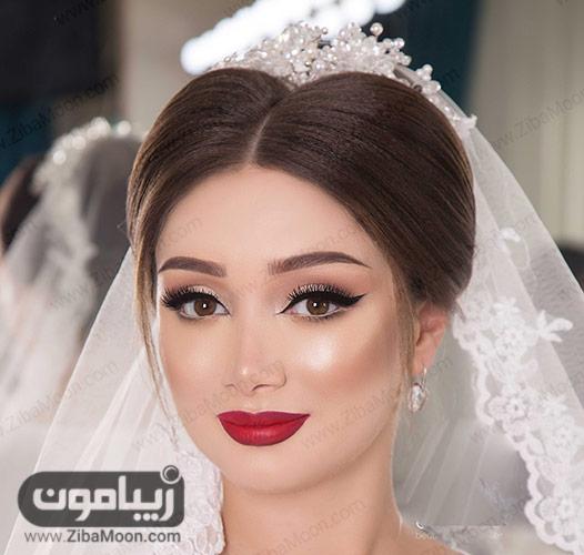آرایش عروس با رژلب قرمز و موهای قهوه ای