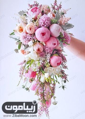 دسته گل عروس با گل رز صورتی و شکوفه های ریز و زیبا