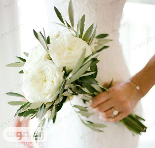 دسته گل عروس با گلهای بزرگ سفید و برگهای سبز