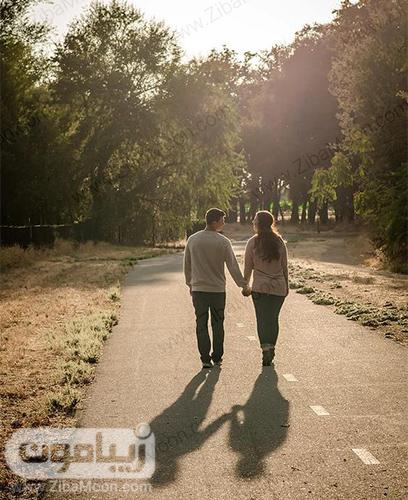 عکس دو نفره در حال راه رفتن