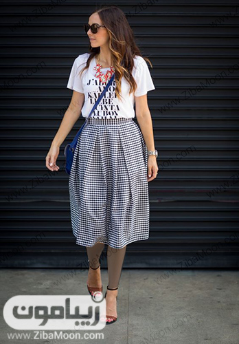 تیپ تابستانی دخترانه با تیشرت سفید و دامن پلیسه ای چهارخانه