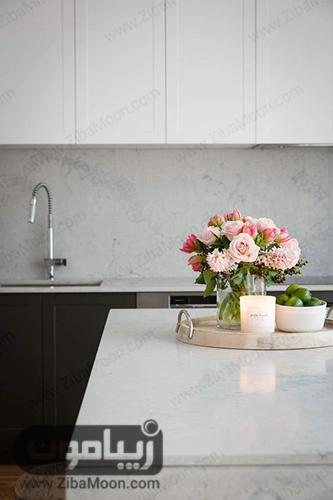 تزئین کانتر آشپزخانه با شمع و گل های طبیعی