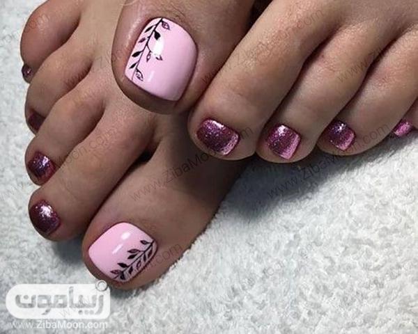 طراحی ناخن پا با لاک صورتی و رزگلدی