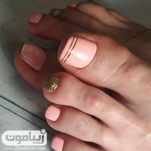 مدل پدیکور ناخن پا با لاک صورتی و طلایی