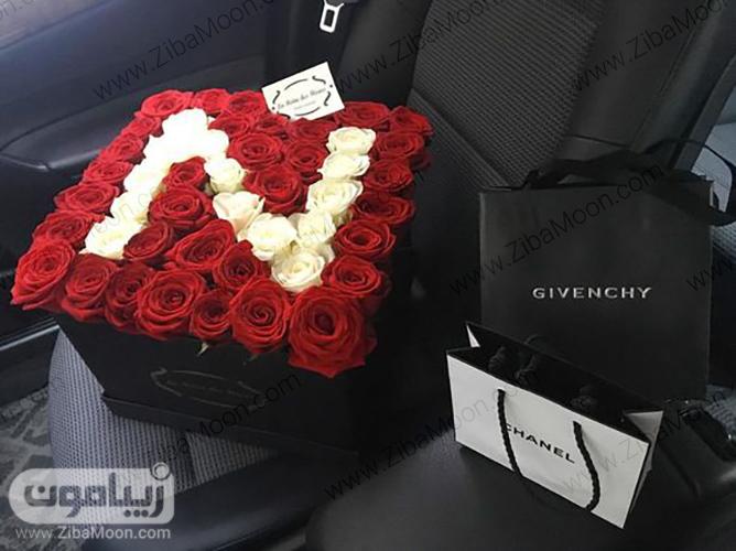 جعبه گل رز قرمز و سفید با دیزاین حرف اول اسم برای خواستگاری