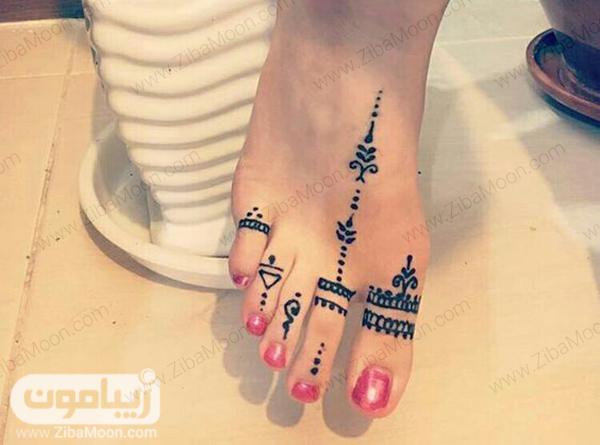 طراحی با حنا روی انگشتهای پا