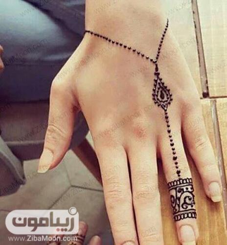 طراحی با حنا روی مچ و انگشت دست