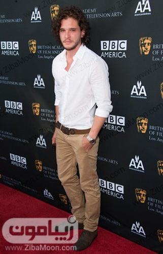 کیت هرینگتون با شلوار کرمی و لباس سفید