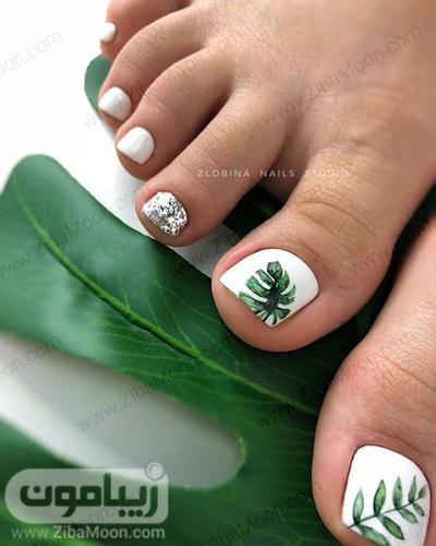 دیزاین ناخن پا با لاک سفید و طرح هاوایی