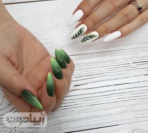 طراحی ناخن آمبره با لاک سبز و طرح برگ سبز روی لاک ناخن سفید