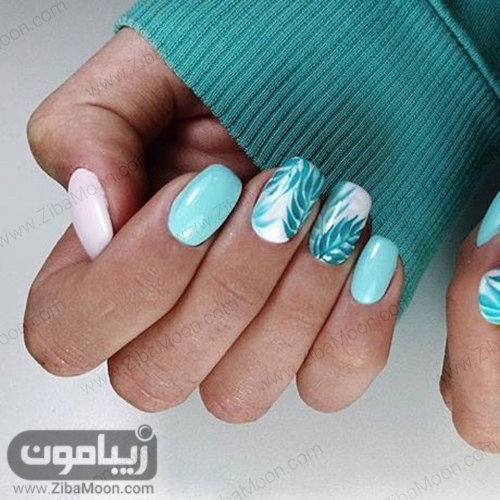 دیزاین ناخن با لاک سبزآبی و سفید و طرح برگ سبز