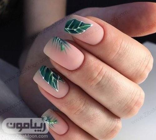 مدل طراحی ناخن با لاک هلویی مات و طرح برگ سبز زیبا