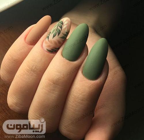 مدل ناخن با لاک سبز و کرمی مات و طرح برگ