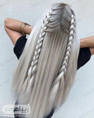بافت مو دو طرفه و جذاب روی موهای بلند به رنگ نقره ای - خاکستری