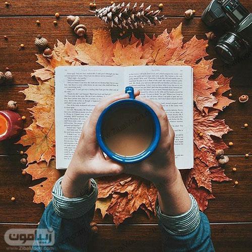 تصویر پروفایل جذاب با برگهای پاییزی دوربین عکاسی و فنجان قهوه