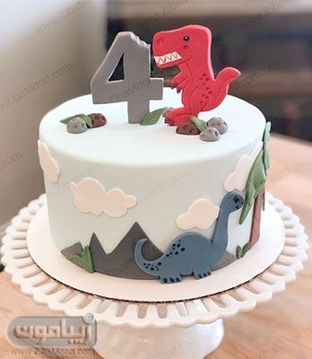 کیک تولد پسرانه ساده با تزین دایناسورهای فوندانتی